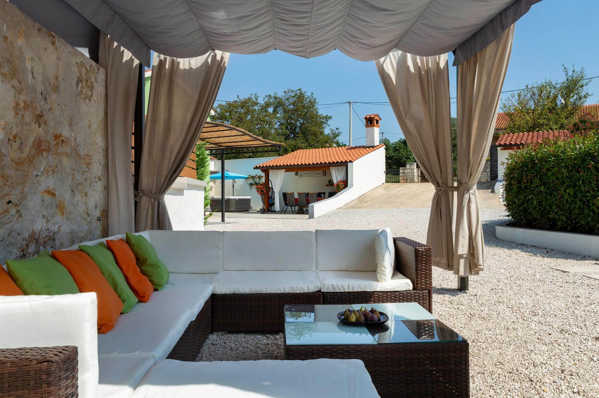villa deal outdoors (24)